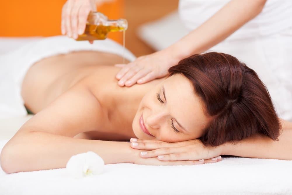 Massage-Ätherische-Öle-AdobeStock_42345914-min